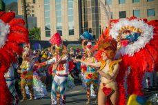 Карнавал на Тенерифе — участники в красных костюмах
