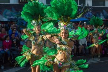 Главное шествие карнавала на Тенерифе в 2016 году — участницы в зеленых карнавальных костюмах