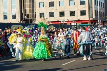 Главное шествие карнавала на Тенерифе в 2016 году — участники в бальных костюмах