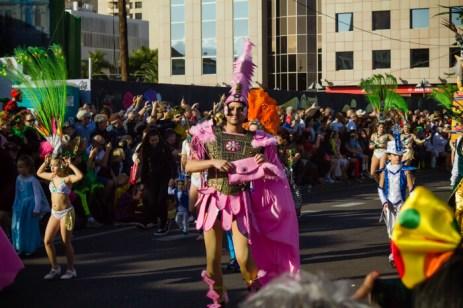 Главное шествие карнавала на Тенерифе в 2016 году — участники шествия в розовых древнеримских костюмах
