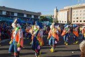 Главное шествие карнавала на Тенерифе в 2016 году — группа в костюмах художников