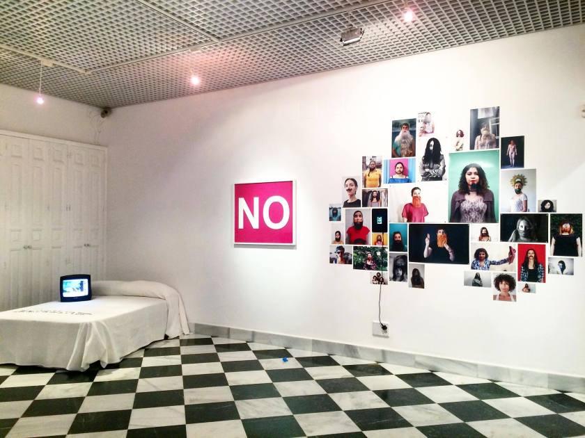 """Detalle del montaje de """"NO"""", de Verónica Ruth Frías en la galería"""