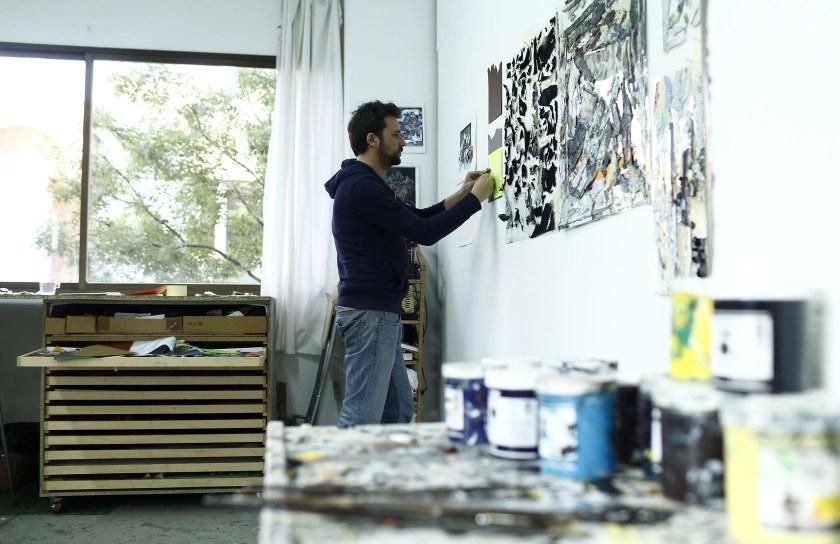 Santiago Giralda trabaja en las paredes de su espacio en Nave Oporto