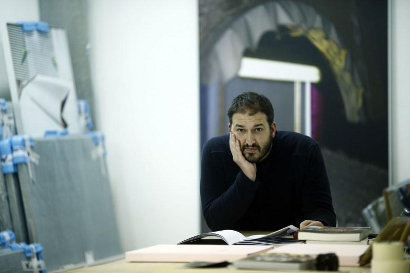 Miguel Ángel Tornero ojea un libro en su estudio en Nave Oporto