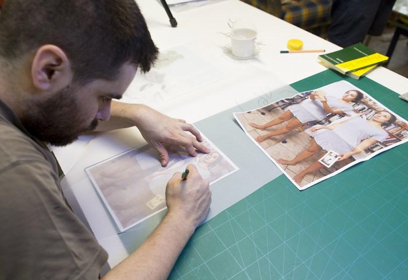 Peñalver, trabajando en su mesa de dibujo