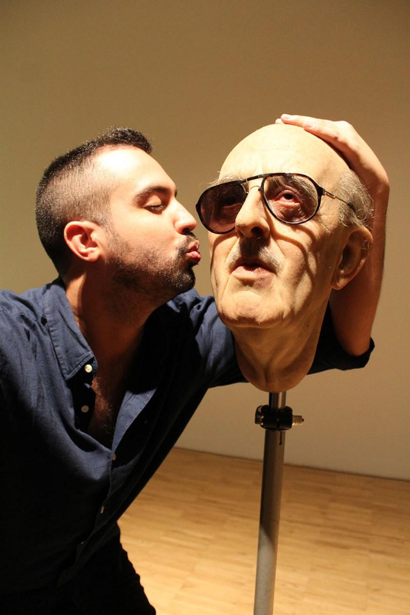 """Adonay Bermúdez se hace este """"selfie"""" con una escultura de Eugenio Merino en TEA"""