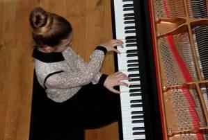 mains croisées sur piano