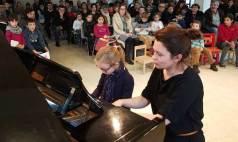 Une eleve et son professeur de piano