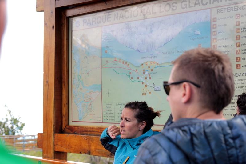 Siga na Viagem - Glaciar Perito Moreno - Guia prestando orientações aos visitantes