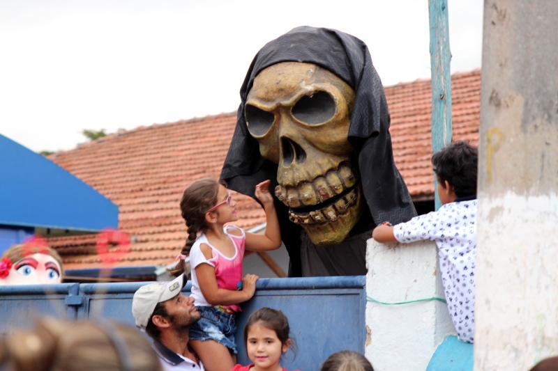 Siga na Viagem - I Encontro dos Bonecos Gigantes - Criança e boneco