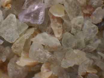 Das ist der feine Sand aus dem runden Gefäß oben Links im Bild (https://siggnatur.com/wp-content/uploads/2021/02/Mediathek-5-von-14.jpeg)