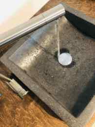 Wasseranschluss wurde gelegt und das Becken und Wasserhahn installiert. Die Birkenfurnier Platte ist von uns wie die Werktische mit Arbeitsplatten- Hartwachsöl behandelt worden.