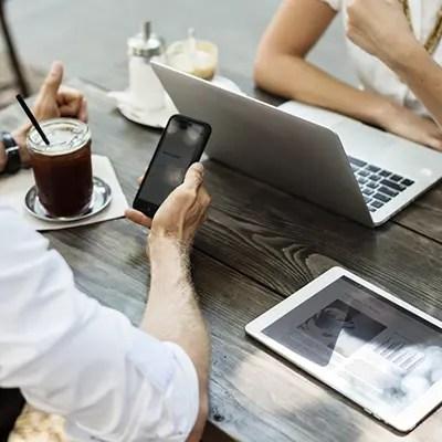 ordinateur tablette et telephone portable pour la mise en avant du community management