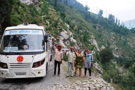 Cruising through Kashmir on the RTI-on-Wheels Bharat Yatra! RTI Team raises a fist in Solidarity.