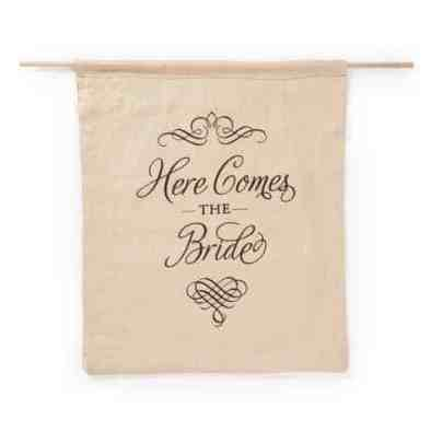 Elegant_Here_Comes_the_Bride_Sign-33290P_linen_9dfaee92-e0f1-4464-9300-f952458262b2_large