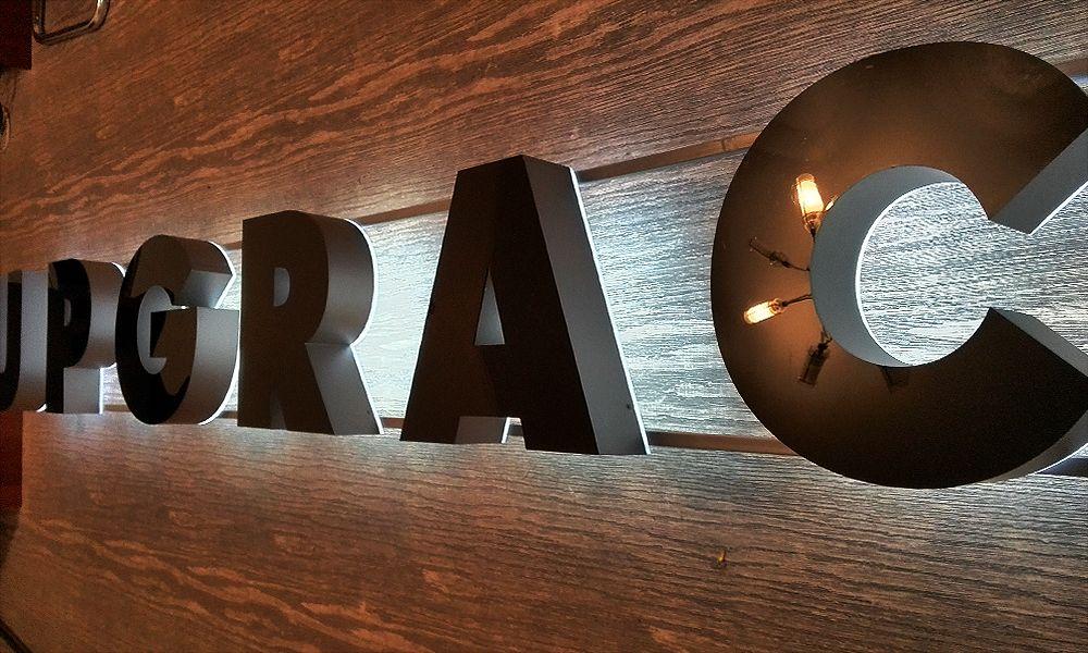 контражурная подсветка объемных букв салона Upgrace