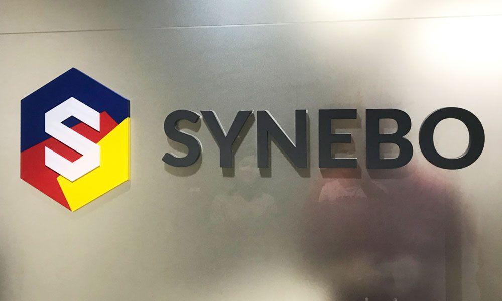 Интерьерная вывеска компании Synebo