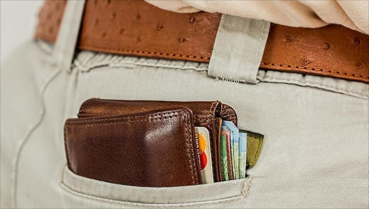 وضع المحفظة بالجيب الخلفي يسبب مشكلة صحية خطيرة