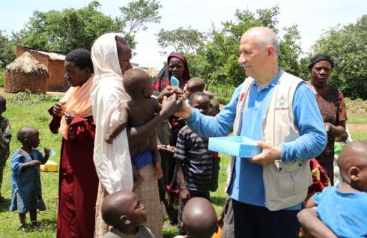 cocuklara-hediye-verilmesi-afrika-2