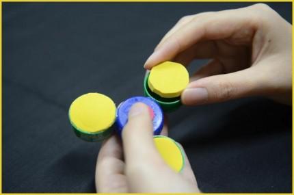Langkah 6 Cara membuat Fidget Spinner dari tutup botol