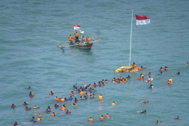 Upacara bendera di tengah laut di Yogyakarta