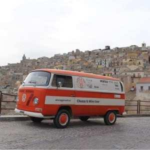 In Viaggio tra i Filari, Volkswagen Bus degli anni 70.