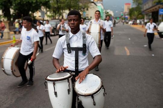 ABRIL: Gar'funas hondure–os desfilan con baile y mœsica en el centro de San Pedro Sula, Honduras, durante el Festival de la Identidad Gar'funa. (Prometeo Lucero)
