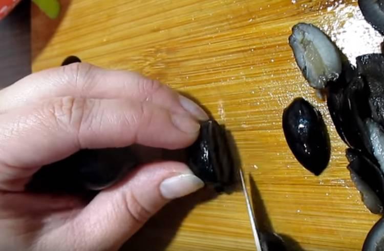 Ensalada de girasol clásica con hígado de bacalao.