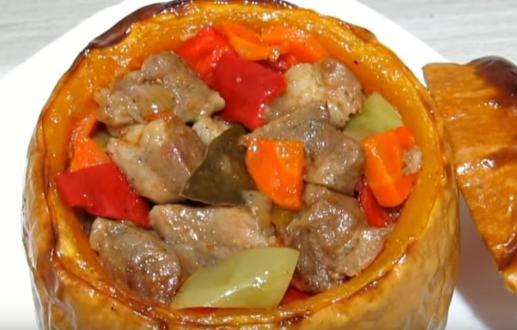 Kürbis im Backofen mit Gemüse und Fleisch