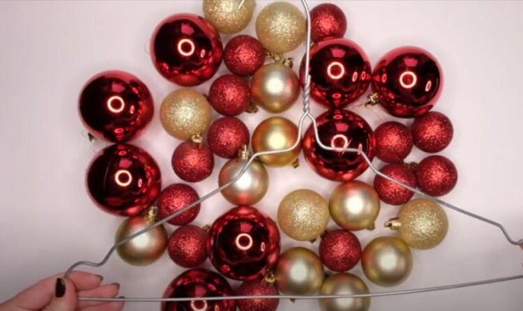 Corona di Capodanno dalle palle a casa