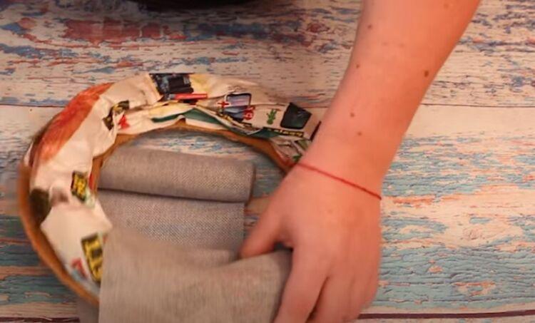 Base per una corona di Natale dal cartone