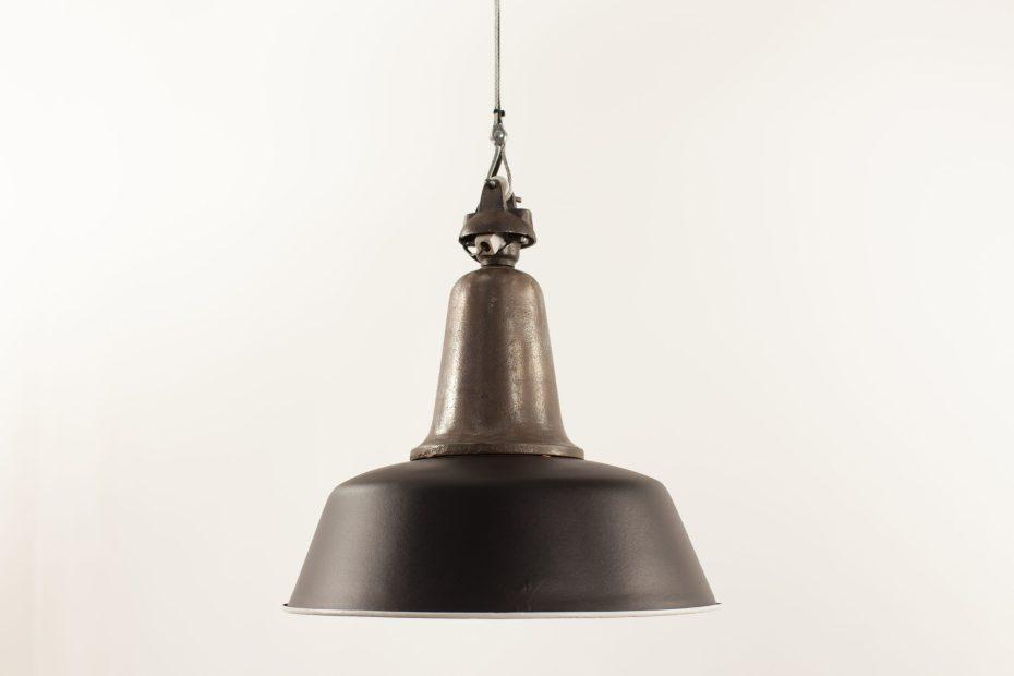 Odrestaurowana stara lampa fabryczna z żeliwnym kielichem.