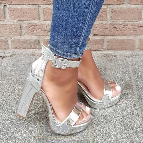 Zilver metallic sandalen met naaldhak en kruisbanden over de voet