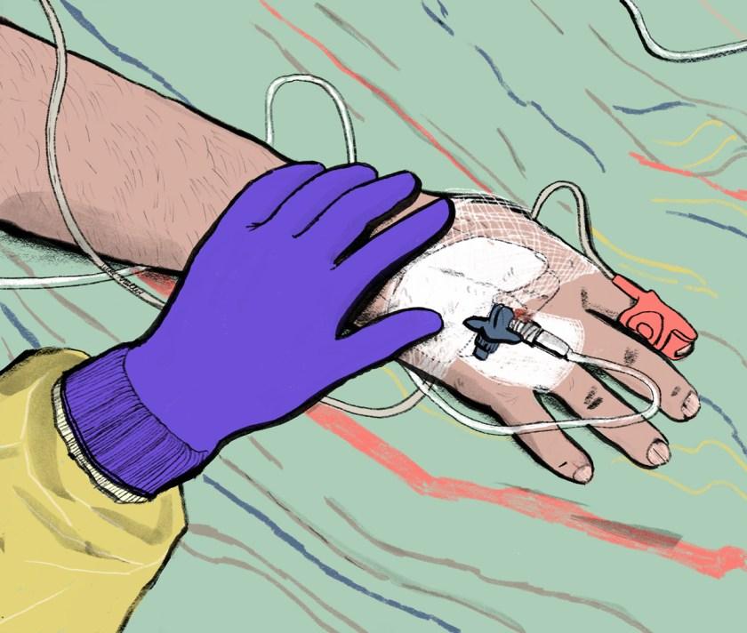 Krankenhausszene: Eine Hand mit lila Latexhandschuh und gelben Schutzanzug am Arm liegt auf der Hand einer männlichen Person. Sie berührt sie sanft. Auf der Hand des Liegenden ist ein Verband, eine Flexüle schaut heraus. Am Finger ist ein Oxymeter. Mehrere Schläuche und ein Kabel schlingeln sich von der Hand über das Bettdeck. Es ist ein Krankenhausbett.