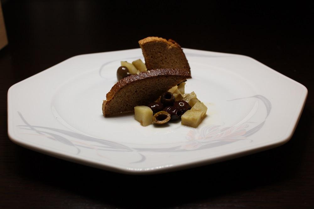 Pastinaca tra vele di pane di segale con olive taggiasche e rosmarino