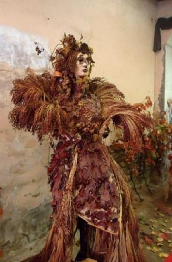 Una delle creazioni dell'artista Silvana Poli realizzata con foglie e rami