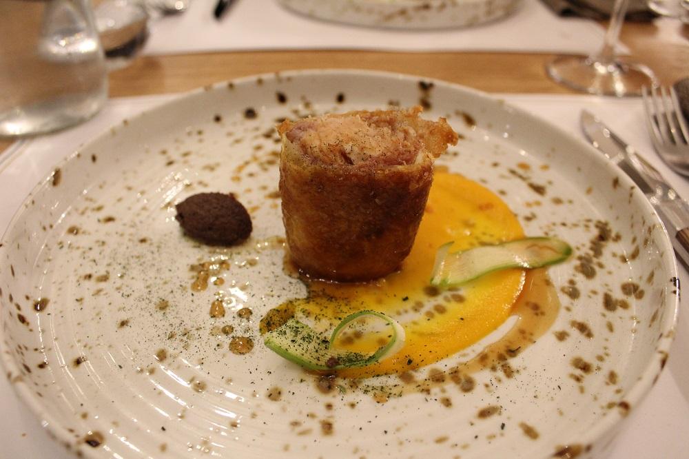 Coniglio in crosta di sfoglia e pancetta, con crema di curcuma e patè di olive nere