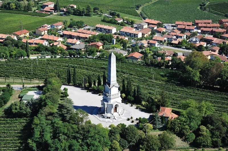 il panorama di Custoza dove compare il monumento simbolo dell'Ossario