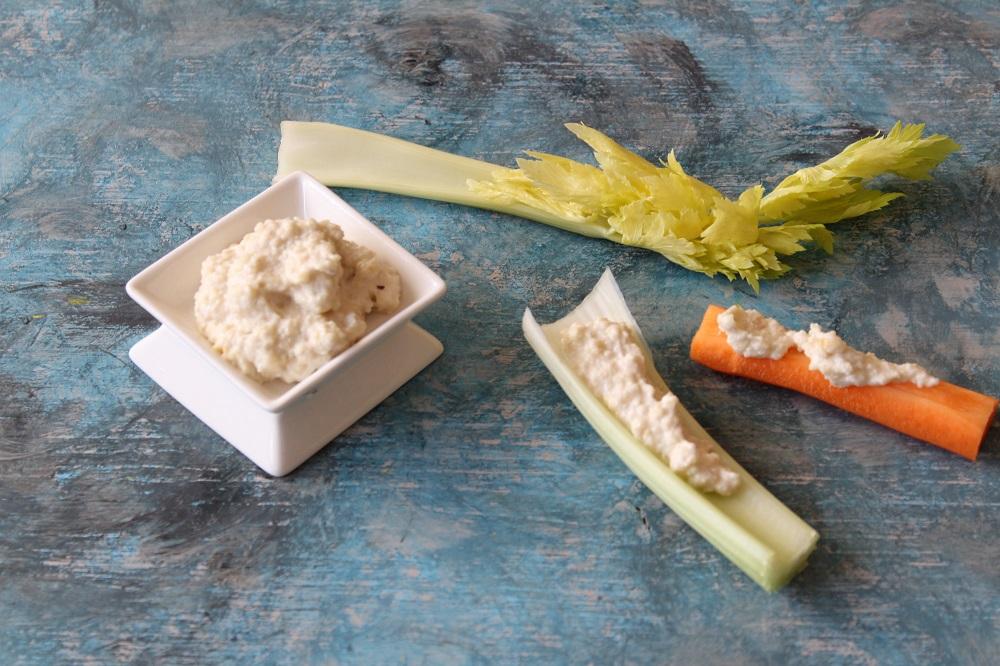 formaggio di anacardi con pinzimonio carote e sedano