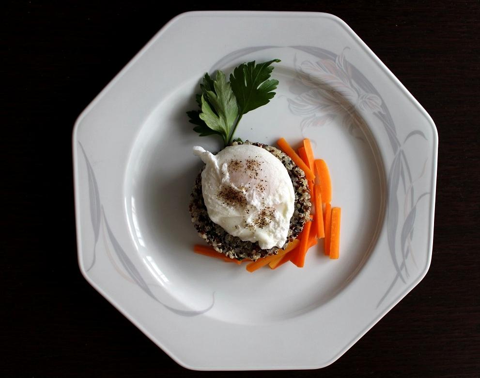 insalata di quinoa con uovo dall'alto