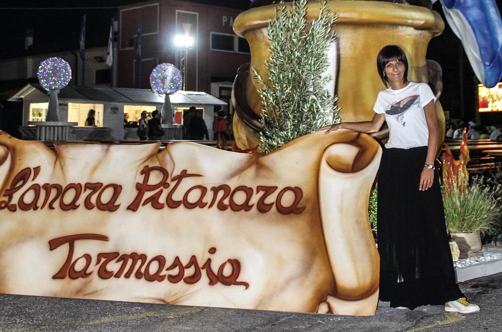 Silla food blogger all'ingresso della Sagra de l'anara pitanara