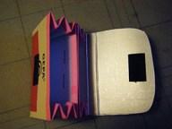 6. Die beiden Fächer zusammentackern. Die Ecken der Verschlussklappe abrunden und das selbstklebende Klettband anbringen.