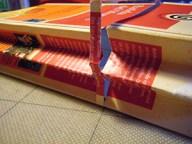 3. Auf etwa 1/3 der Gesamtlänge einen etwa 5 mm breiten Schlitz herausschneiden. Dabei aufpassen, dass die Rückseite nicht mit angeschnitten wird!