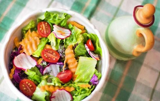 Met deze regenboogsalade tover jij de zomer op je bord!
