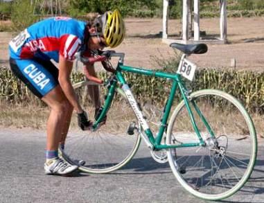 El cubano Roberto Menéndez repara su bicicleta durante la 30 Vuelta ciclista a Cuba, el 11 de febrero de 2005. Foto: Calixto N. Llanes/Juventud Rebelde (CUBA)