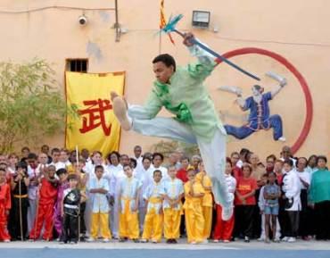 Un joven de la Cubana de Wushu realiza acrobacias durante la celebración del Día Mundial del Tai Chi y el Qi Gung., el 25 de Abril de 2009, La Habana, Cuba. Foto: Calixto N. Llanes/Juventud Rebelde (CUBA)