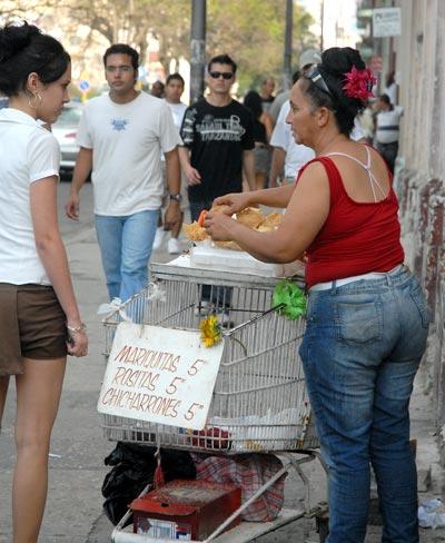 Una mujer vende chucherías en la avenida Carlos III, 5 de Febrero de 2011, La Habana, Cuba. Foto: Calixto N. Llanes/Juventud Rebelde (CUBA)