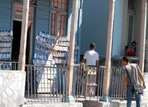 En el portal de su casa un hombre vende discos de música y películas, el 7 de Febrero de 2011, La Habana, Cuba. Foto: Calixto N. Llanes/Juventud Rebelde (CUBA)