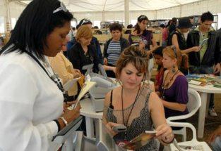 Las editoriales cubanas venden los libros en moneda nacional durante la 20 Feria Internacional del Libro, el 14 de Febrero de 2011, La Habana, Cuba. Foto: Calixto N. Llanes/Juventud Rebelde (CUBA)