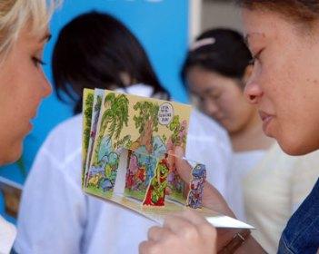 Dos jóvenes leen un libro troquelado en el Pabellón Cuba a la 20 Feria Internacional del Libro Cuba 2011, el 18 de Febrero de 2011, La Habana, Cuba. Foto: Calixto N. Llanes/Juventud Rebelde (CUBA)